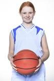 Jugador de básquet del adolescente sobre un fondo blanco Imagen de archivo libre de regalías