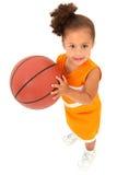 Jugador de básquet del niño de la muchacha el Africano-Hispanico foto de archivo