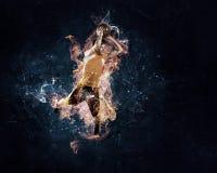 Jugador de básquet en el fuego imagen de archivo