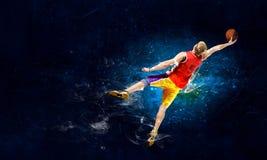 Jugador de básquet en el fuego imagenes de archivo
