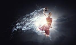 Jugador de básquet en el fuego foto de archivo