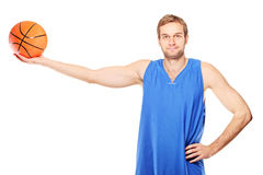 Jugador de básquet joven que celebra un baloncesto Fotos de archivo libres de regalías