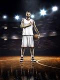 Jugador de básquet orgulloso en gimnasio Imagen de archivo libre de regalías