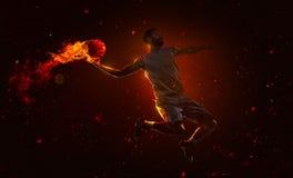 Jugador de básquet profesional con la bola de fuego Fotos de archivo libres de regalías