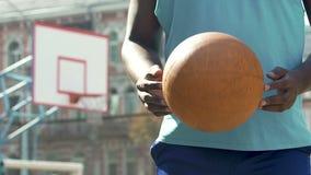 Jugador de básquet profesional que celebra la bola, gente joven encouraging para los deportes almacen de metraje de vídeo