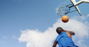 Jugador de básquet que anota una clavada almacen de metraje de vídeo