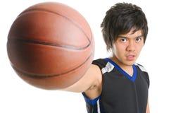 Jugador de básquet que celebra la bola Fotos de archivo libres de regalías