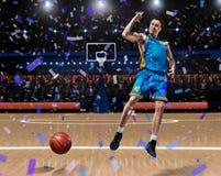 Jugador de básquet que celebra la victoria en arena del baloncesto fotografía de archivo
