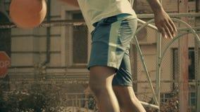Jugador de básquet que comienza la carrera del deporte profesional, entrenamiento activo en corte metrajes