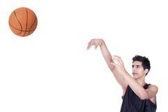 Jugador de básquet que lanza la bola imagenes de archivo