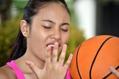Jugador de básquet de sexo femenino soñoliento con baloncesto imagen de archivo libre de regalías