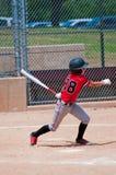 Jugador de béisbol adolescente americano que balancea el palo Fotografía de archivo