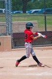 Jugador de béisbol adolescente americano que balancea el palo Imagenes de archivo