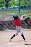 Jugador de béisbol adolescente americano que balancea el palo Fotos de archivo libres de regalías