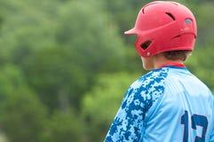Jugador de béisbol adolescente en cubierta Foto de archivo