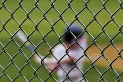 Jugador de béisbol borroso detrás de la cerca Fotos de archivo libres de regalías