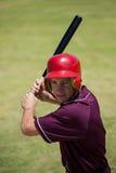 Jugador de béisbol confiado que golpea con el palo Imagenes de archivo