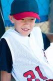 Jugador de béisbol de la liga pequeña en cobertizo Imágenes de archivo libres de regalías