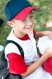 Jugador de béisbol de la liga pequeña feliz después de juego. Fotos de archivo libres de regalías