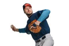 Jugador de béisbol en un paso grande imagen de archivo