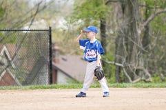Jugador de béisbol joven en campo Foto de archivo libre de regalías