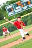 Jugador de béisbol joven que echa la bola Fotos de archivo