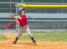 Jugador de béisbol listo al balanceo en la echada foto de archivo libre de regalías