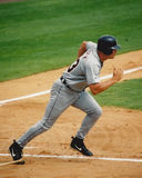Jugador de béisbol que corre abajo de la trayectoria baja Fotos de archivo libres de regalías
