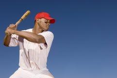 Jugador de béisbol que se prepara para golpear una bola fotografía de archivo libre de regalías