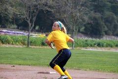 Jugador de beísbol con pelota blanda adolescente Fotografía de archivo libre de regalías