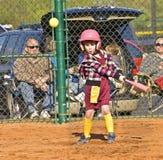 Jugador de beísbol con pelota blanda de la chica joven Fotos de archivo libres de regalías