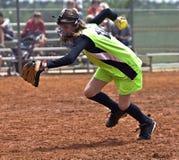 Jugador de beísbol con pelota blanda de la muchacha foto de archivo
