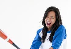 Jugador de beísbol con pelota blanda femenino asiático hermoso Fotos de archivo libres de regalías