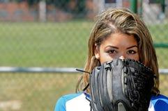 Jugador de beísbol con pelota blanda femenino biracial hermoso Fotografía de archivo
