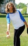 Jugador de beísbol con pelota blanda femenino biracial hermoso Foto de archivo
