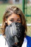 Jugador de beísbol con pelota blanda femenino biracial hermoso Imagen de archivo libre de regalías
