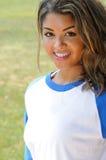 Jugador de beísbol con pelota blanda femenino biracial hermoso Imagen de archivo