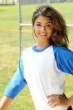 Jugador de beísbol con pelota blanda femenino biracial hermoso Fotos de archivo