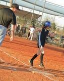 Jugador de beísbol con pelota blanda joven que se ejecuta para basar Fotografía de archivo libre de regalías