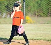 Jugador de beísbol con pelota blanda/muchacha jovenes Fotos de archivo