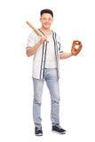 Jugador de béisbol de sexo masculino que celebra el palo y una bola Fotografía de archivo libre de regalías