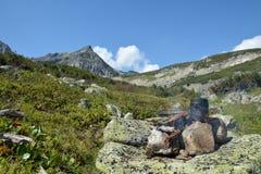 Jugador de bolos en el fuego Barguzinsky Ridge en el lago Baikal Fotos de archivo libres de regalías
