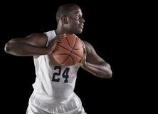 Jugador de básquet afroamericano que celebra una bola Imagen de archivo libre de regalías
