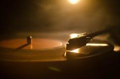 Jugador de disco de vinilo de la placa giratoria Equipo de audio retro para el disc jockey Tecnología sana para que DJ mezcle y j Imagen de archivo