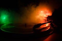 Jugador de disco de vinilo de la placa giratoria Equipo de audio retro para el disc jockey Tecnología sana para que DJ mezcle y j Foto de archivo libre de regalías