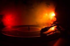 Jugador de disco de vinilo de la placa giratoria Equipo de audio retro para el disc jockey Tecnología sana para que DJ mezcle y j fotos de archivo libres de regalías