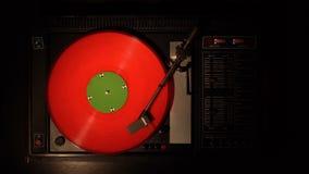 Jugador de disco de vinilo Juega la canción de una vieja opinión superior de la placa giratoria 4k almacen de metraje de vídeo