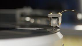 Jugador de disco de vinilo Headshell de la aguja del retraso de la placa giratoria en la rotación del disco de vinilo almacen de metraje de vídeo