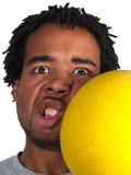 Jugador de Dodgeball que consigue golpeado en la cara Imagenes de archivo