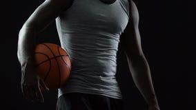 Jugador de equipo confiado que viene a la corte con la bola en manos, alcohol juguetón de la cesta almacen de metraje de vídeo